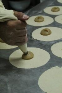 Proceso de relleno - Pastelería Díaz - C/ Heraclio Sánchez - C.Hdez